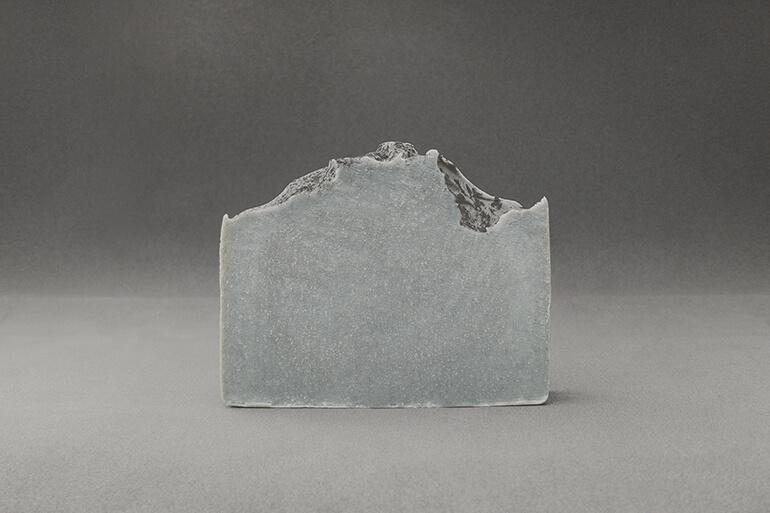 Jabón cosmético ecológico certificado elaborado con manteca de karité, aceites vegetales ecológicos de oliva y coco, con alto porcentaje de vitaminas y antioxidantes.
