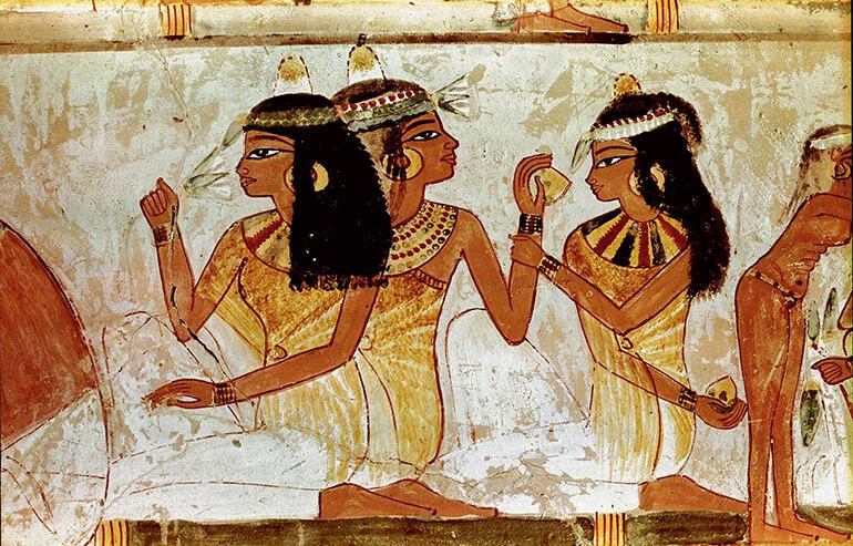 La cultura egipcia usaba una pasta jabonosa de ceniza y arcilla mezclada con aceites naturales