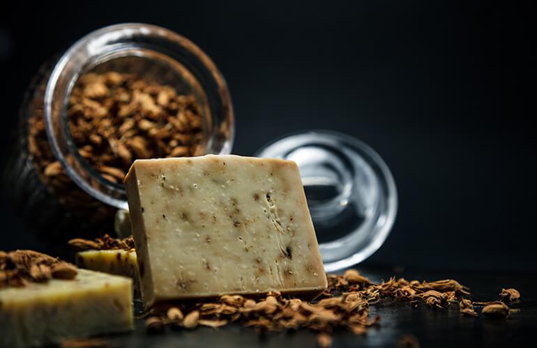 La Cosmética Natural únicamente especifica el origen de los ingredientes pero no garantiza que para la producción se utilizasen compuestos químicos