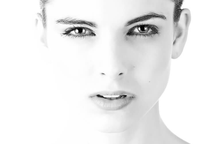 Una limpieza facial completa con cosmética ecológica equilibrará los niveles de grasa e hidratación, mejorando el aspecto y salud de la piel