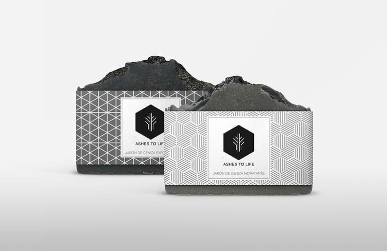 Box Tratamiento compuesto por una Pastilla de Jabón de Ceniza de 100 g. más una Pastilla de Jabón de Ceniza Exfoliante 100 g. con 98,09% y 95,34% de ingredientes ecológicos respectivamente.