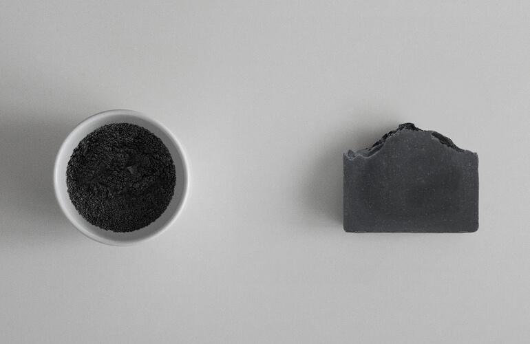 La ceniza de carbón activado es un ingrediente estrella en la cosmética anti-polución.