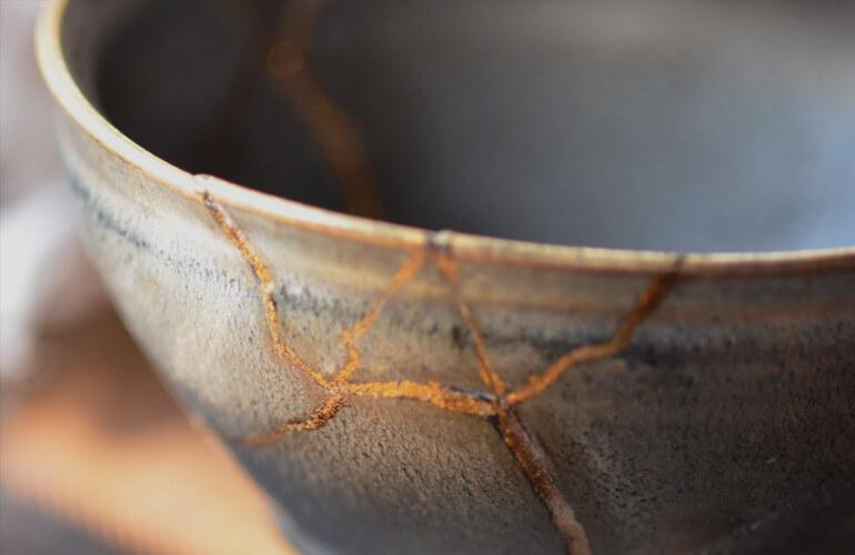 En Japón, cuando un objeto cerámico valioso se rompe, lo reparan cubriendo sus grietas con oro.