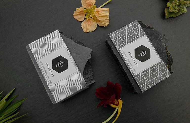 Los cosméticos ecológicos de Ashes to Life contienen en su formulación diversos aceites esenciales que aportan propiedades beneficiosas a la piel