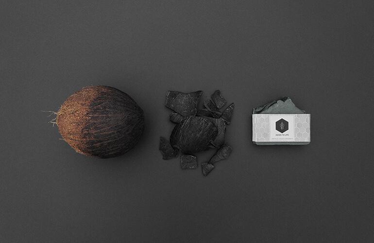 En ASHES TO LIFE optamos por la cascara de coco, un residuo transformado en cosméticos ecológicos para lograr un modelo de economía generativa y sostenible.