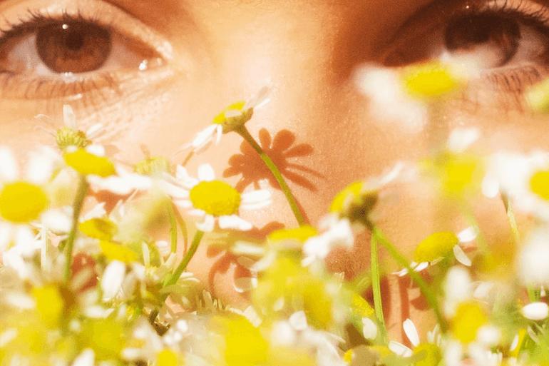 Si queremos cuidar la piel del rostro en primavera de una manera más eficaz, además de la utilización de cosméticos ecológicos, debemos adoptar medidas adicionales
